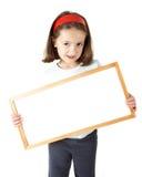 Rapariga que prende uma placa em branco Fotografia de Stock