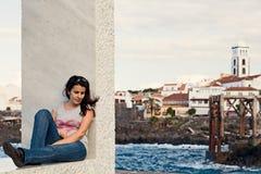 Rapariga que relaxa na cidade de Garachico, Tenerife imagem de stock