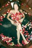 Rapariga que relaxa no banho - vertical Imagem de Stock