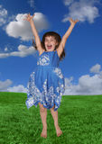 A rapariga que salta expressando a felicidade ao ar livre foto de stock