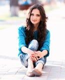 Rapariga que senta-se em uma maneira Imagem de Stock Royalty Free