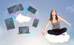Rapariga que senta-se na nuvem que aprecia o serviço de rede da nuvem Imagens de Stock