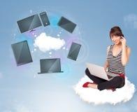 Rapariga que senta-se na nuvem que aprecia o serviço de rede da nuvem Fotos de Stock