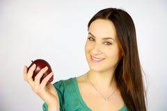 Rapariga que sorri com maçã vermelha Imagem de Stock