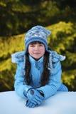 Rapariga que sorri no inverno   imagens de stock