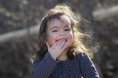 Rapariga que tem o divertimento ao ar livre Imagens de Stock Royalty Free