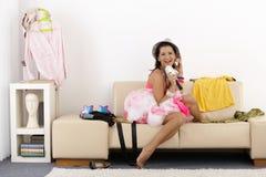 Rapariga que tem uma boa estadia em casa sorrir Imagem de Stock Royalty Free