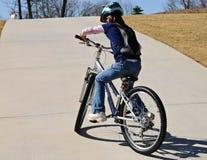 Rapariga que tenta Bike acima de um monte imagens de stock