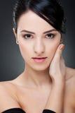 Rapariga que toca em sua face com mão Fotos de Stock Royalty Free
