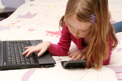 Rapariga que usa um portátil Foto de Stock Royalty Free