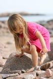 Rapariga Rocky Beach Imagens de Stock Royalty Free