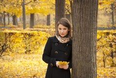 Rapariga romântica bonita em um parque do outono Imagem de Stock Royalty Free