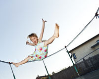 A rapariga salta Fotografia de Stock