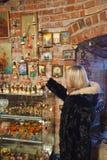 A rapariga seleciona presentes Fotos de Stock