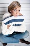 A rapariga senta-se em um assoalho   Imagens de Stock Royalty Free