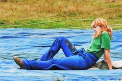 A rapariga senta-se no airdrome Fotografia de Stock