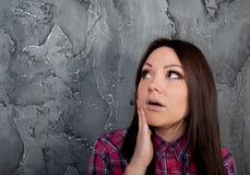 A rapariga surpreendida olha acima Imagens de Stock