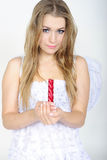 A rapariga um anjo com uma vela Foto de Stock Royalty Free