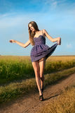 A rapariga vai em uma fuga da floresta Imagens de Stock Royalty Free