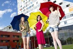 Raparigas bonitas com guarda-chuvas Fotografia de Stock