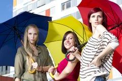 Raparigas bonitas com guarda-chuvas Imagem de Stock