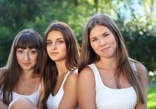 Raparigas bonitas no parque verde do verão Foto de Stock Royalty Free