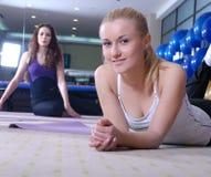 Raparigas bonitas que elaboram em uma ginástica Fotos de Stock Royalty Free