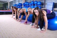 Raparigas bonitas que elaboram em uma ginástica Imagem de Stock Royalty Free
