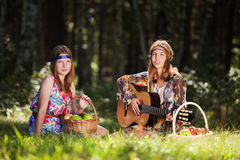 Raparigas com uma guitarra exterior Foto de Stock Royalty Free