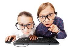 Raparigas que jogam ou que trabalham em um computador imagens de stock royalty free