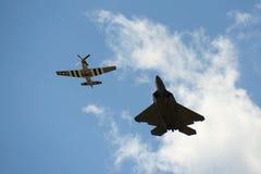 Rapaz F-22 en el gran salón aeronáutico de Nueva Inglaterra Imágenes de archivo libres de regalías