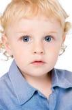 Rapaz pequeno absorvido foto de stock