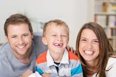 Rapaz pequeno adorável com sorrir forçadamente feliz foto de stock
