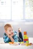 Rapaz pequeno adorável do gingerish com cubos do edifício foto de stock royalty free