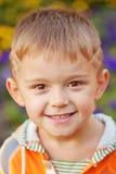 Rapaz pequeno alegre. Imagens de Stock