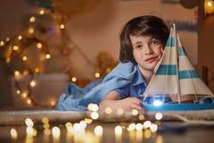 Rapaz pequeno alegre que joga na sala de crianças fotos de stock royalty free