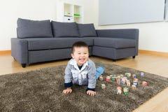 Rapaz pequeno asiático que joga o bloco do brinquedo fotografia de stock
