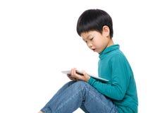 Rapaz pequeno asiático que usa a tabuleta Fotos de Stock Royalty Free