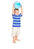 Rapaz pequeno bonito com esfera azul fotografia de stock royalty free
