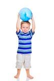 Rapaz pequeno bonito com esfera azul imagem de stock royalty free