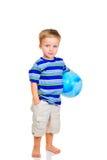 Rapaz pequeno bonito com esfera azul imagens de stock