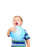 Rapaz pequeno bonito com esfera azul foto de stock