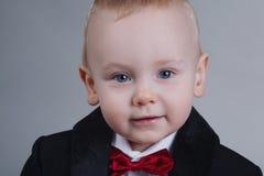 Rapaz pequeno bonito com laço Fotografia de Stock