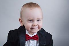 Rapaz pequeno bonito com laço Fotos de Stock