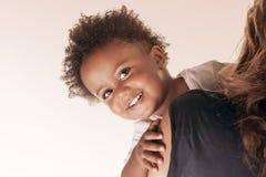 Rapaz pequeno bonito com mãe Foto de Stock
