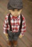 Rapaz pequeno bonito com os olhos bonitos que olham na câmera foto de stock royalty free