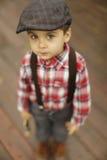 Rapaz pequeno bonito com os olhos bonitos que olham na câmera foto de stock