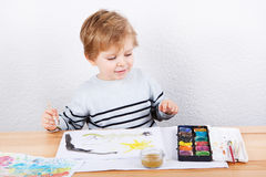 Rapaz pequeno bonito de dois anos que têm a pintura do divertimento Fotos de Stock