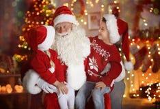 Rapaz pequeno bonito e menina com Santa Claus na sala Imagens de Stock Royalty Free