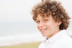 Rapaz pequeno bonito na costa de mar Foto de Stock